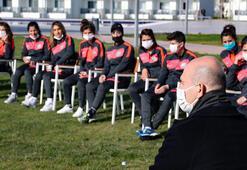 Bakan Soylu, kamp yapan kadın futbol takımı oyuncularıyla bir araya geldi