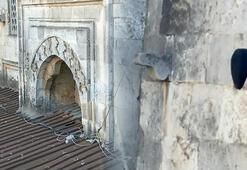 Son dakika 6 asırlık camide esrarengiz olay: Kasketi imam fark etti