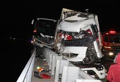 Feci kaza TIR ve yolcu otobüsü çarpıştı