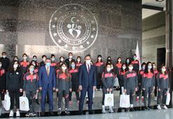 Bakan Kasapoğlu, Yüksekova Belediyesporlu futbolcuları kabul etti