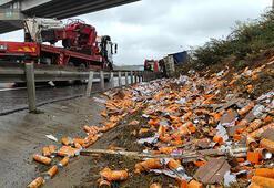 İstanbulda kaza Sürücü kamyonda sıkıştı, malzemeler yola saçıldı