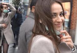 İstiklal Caddesinde kamerayı görünce maskeyi indirip poz verdi
