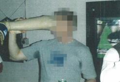 Dünya bu görüntüyle dehşete düştü Öldürülen militanın protez bacağından içki içti...