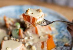 Yoğurt ve meyveyi üzerine 1 kaşık tahin dökerek yiyin