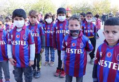 Trabzonsporlu yöneticiden Diyarbakırdaki bordo-mavili takım taraftarı  öğrencilere forma