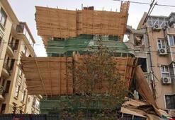 Fatihte bina yıkımında iskele çöktü Ekipler bölgede