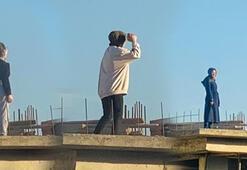 Genç kızların inşaat çatısındaki tehlikeli oyunu