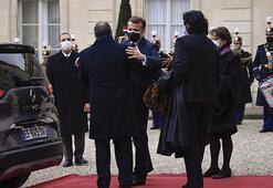 Fransada Sisinin kırmızı halılarda karşılanmasına tepki