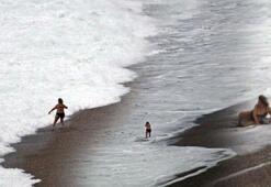 Dev dalgaların dövdüğü dünyaca ünlü sahil beyaza büründü