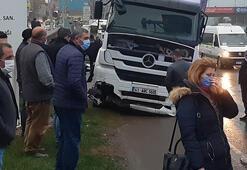 Son dakika... Kocaelide TIR durağı parçaladı, minibüse çarptı