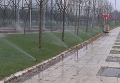 Yağmurlu havada çimlerin sulanmasına vatandaş tepki gösterdi