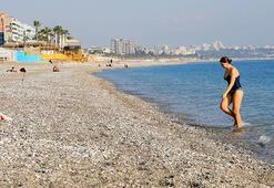Kısıtlamadan muaf turistler denizin keyfini sürdü