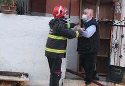 Evi yanan yaşlı adam içeri girmeye çalıştı