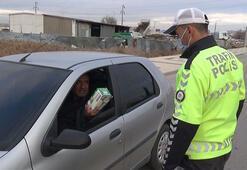 Bir garip olay Maskesiz yakalanan sürücü polise maske uzattı