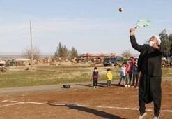 Tenisle tanışan köylüler kendi imkanlarıyla yaptıkları kortta raket sallıyor