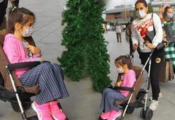 Demet Akalın kızı Hirayı bebek arabasında taşıdı