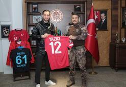 Milli futbolcu Yusuf Yazıcıdan Trabzon İl Emniyet Müdürlüğüne ziyaret