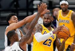 NBAde Lakers, LeBron Jamesin tarihe geçtiği maçta Spursü mağlup etti