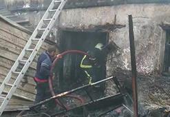 İznikte çıkan yangında iki katlı ev kullanılmaz hale geldi