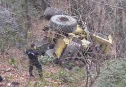 Şarampole devrilen iş makinesinin operatörü vinç yardımıyla kurtarıldı