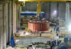 Türkiyenin en büyük baraj inşaatında dev türbinlerin taşınması kamerada