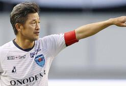 53 yaşındaki Japon futbolcu Miuraya yeni sözleşme