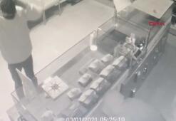 Kuyumcuya çuvalla hırsızlığa geldiler iki bilezik alıp gittiler
