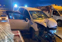 Otomobil aydınlatma direğine çarptı: 3 yaralı var