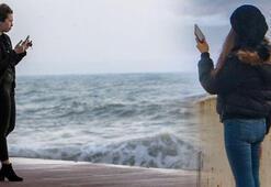 Antalyada vatandaşlar dev dalgalarla fotoğraf çekilebilmek için sahile akın etti