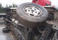 Kontrolden çıkan minibüs önce kaldırıma çıktı ardından yolda yan yattı