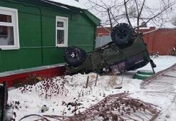 Rusyada çarpışan araçlar yol kenarındaki evin bahçesine uçtu