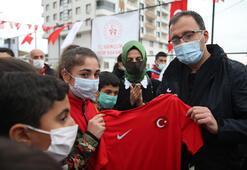 Bakan Kasapoğlu, Siirtte çocuklarla voleybol oynadı