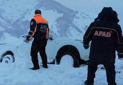 Bingölde araç, kara saplandı Mahsur kalan 3 kişi kurtarıldı