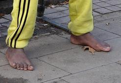 Çıplak ayak, tir tir titrerken bulundu hiçbir yardımı kabul etmedi