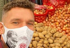 Lukas Podolski, semt pazarında...