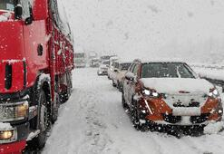 Yoğun kar nedeniyle Anadolu Otoyolunda ulaşım durdu