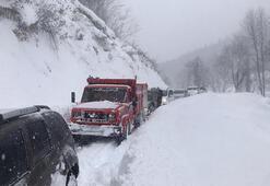 Kar nedeniyle yolda mahsur kalanları kurtarma çalışması başlatıldı