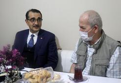 Bakan Dönmez Somada konuk olduğu aileyle çay içti