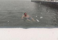 Sarıyerde kar yağarken boğazın serin sularına girdi