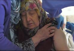 Bakan Koca, 85 yaş ve üstündekilerin evlerinde Kovid-19 aşısı olduğu anları paylaştı