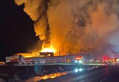 Fabrikada korkutan yangın Geceyi aydınlattı...