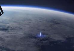 Dünyadan uzaya yayılan mavi ışık huzmesi