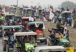 Hindistanda çiftçilere Cumhuriyet Bayramında traktörlerle gösteri izni