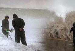 Antalyada dev dalgaların arasında tehlikeli arayış