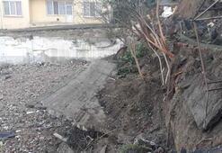 Küçükçekmece'de istinat duvarı çöken bina tahliye edildi