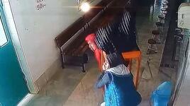 Camideki yardım kutusunu masayla birlikte böyle çaldılar!