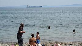Mavi bayraklı plajlara 'müsilaj nedeniyle denize girmeyin' tabelaları koyuldu