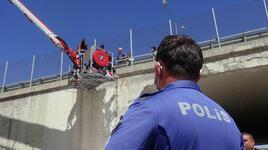 İneklerinin otlatılmasına izin verilmeyince köprüye çıktı