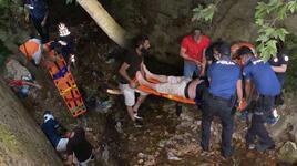 Dereye düşerek yaralanan kişiyi ekipler tarafından kurtarıldı