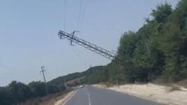 Bu görüntü İstanbul'dan! Elektrik direği yan yattı